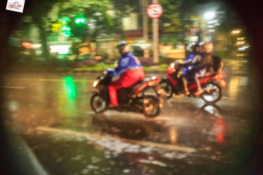 memotret hujan 11 - Memotret Suasana Hujan di Malam Hari