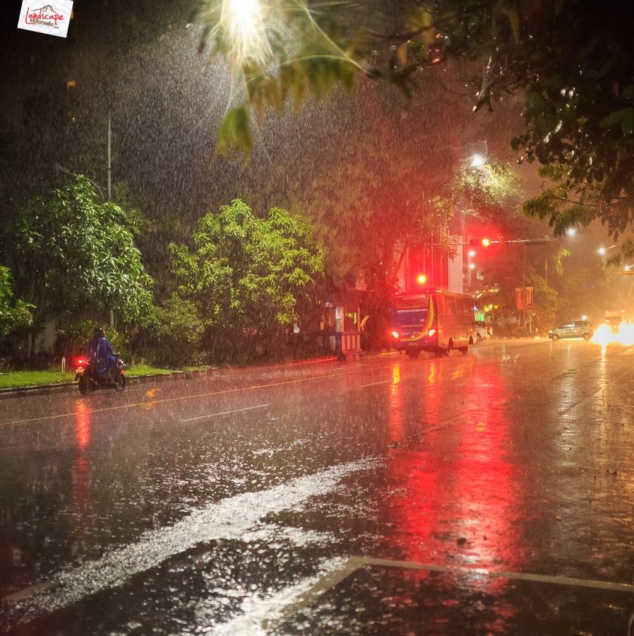 memotret hujan 12 - Memotret Suasana Hujan di Malam Hari