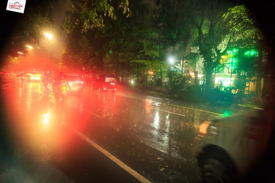 memotret hujan 13 - Memotret Suasana Hujan di Malam Hari