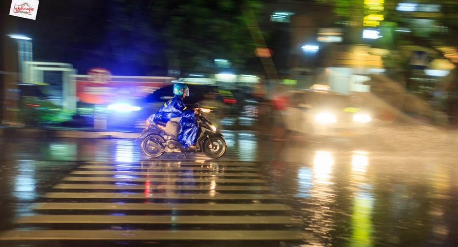 memotret hujan 15 - Memotret Suasana Hujan di Malam Hari