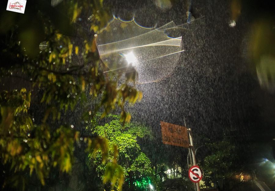 memotret hujan 7 - Memotret Suasana Hujan di Malam Hari