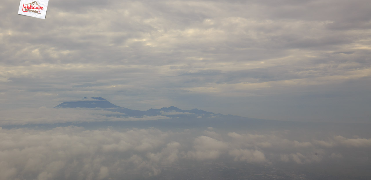 solobandung 2 - Barisan Gunung dari jendela pesawat Solo - Bandung