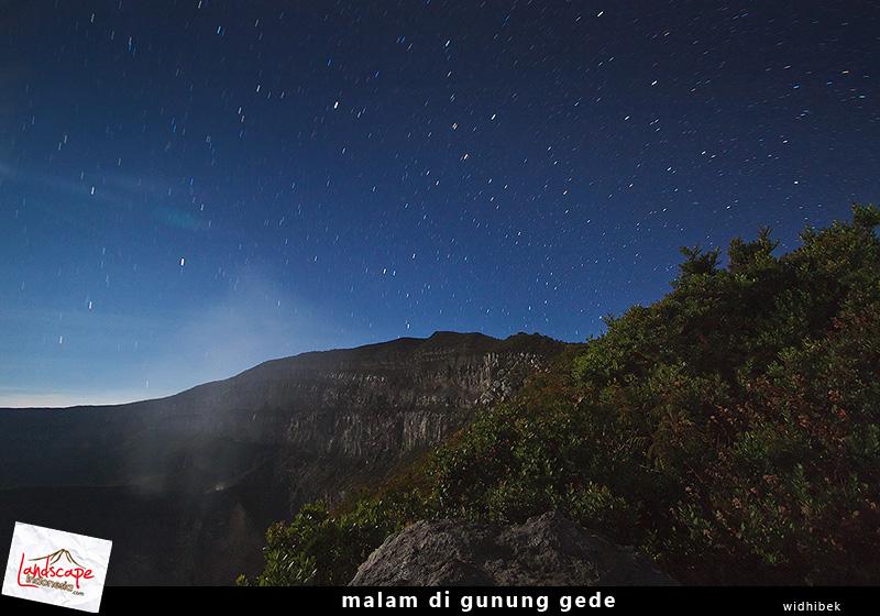 menikmati keindahan alam di waktu malam