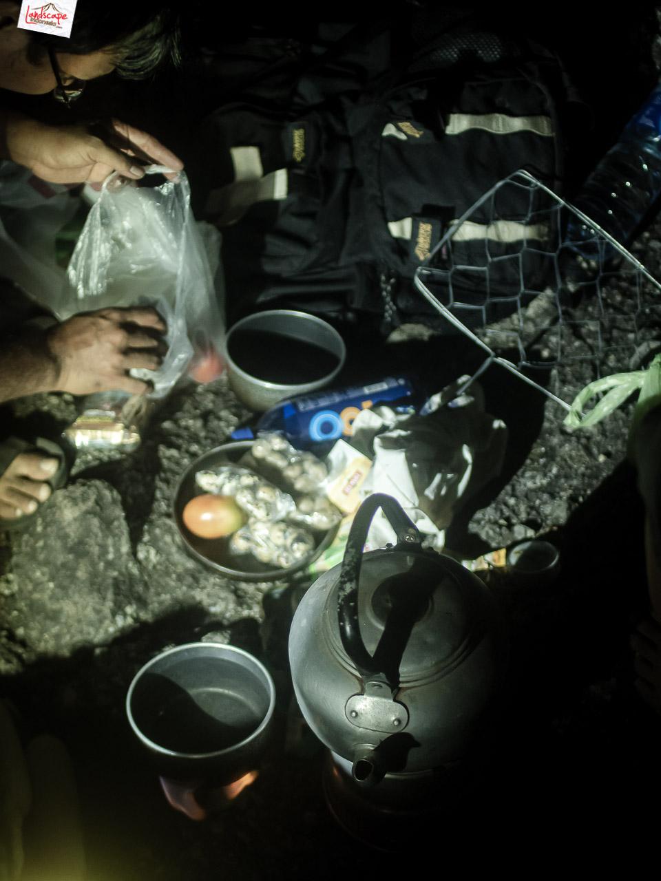 bukit laskar pelangi 22 2 - Makan Malam di Puncak Bukit Laskar Pelangi