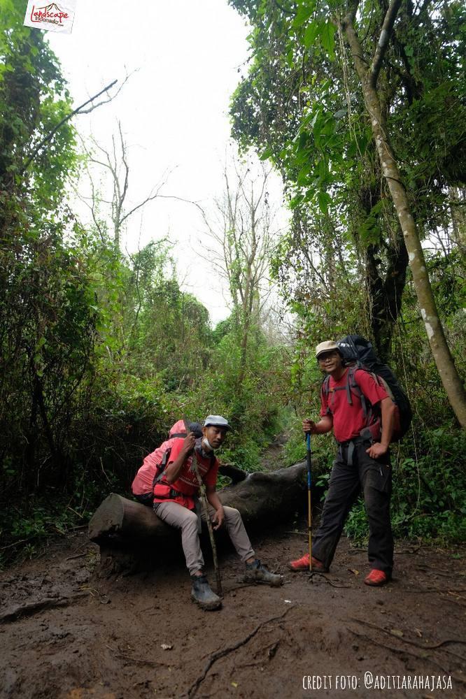 gunung lawu jalur candi cetho 17 - Gunung Lawu Jalur Candi Cetho di Kala Hujan